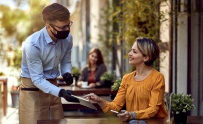 In Restaurants werden Kundenlisten zur Kontaktverfolgung geführt