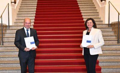 Prof. Dr. Thomas Petri übergibt seinen Tätigkeitsbericht der Landtagspräsidentin Ilse Aigner
